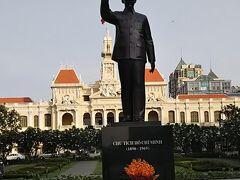 ホテルに行く途中に立派な建物と立派な銅像をパチリ これがホーチミン市人民委員会庁舎とホーチミン像です。