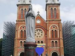 2日目です。  現地に行ってから予約したホーチミン半日観光バスツアーです。 まずはサイゴン大聖堂です。 ちなみにツアーのお客さんは私だけで貸切バスツアーでした。