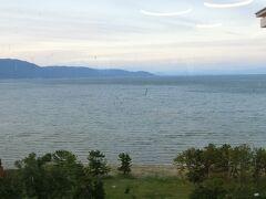 夕食にホテルのレストランへきました。まだ明るい時間なので琵琶湖がきれいに見えます。