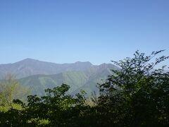 樹々に邪魔され、南アルプスの山並みの眺めはイマイチ。 また「富士見」とは言いながら富士山は全く見えません。  8時を過ぎて完全に目が覚めた長男が助手席に収まり、私は後部座席に移動。