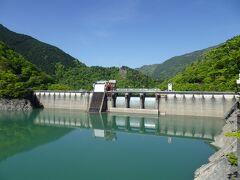ダムカードの配布場所の開館までは30分ほどあります。 外の空気を吸いたくなったこともあり、ダム周辺を散策。
