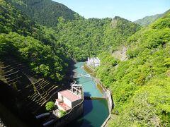 堤高103メートルからの眺め。