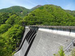 畑薙第一ダムも中部電力が運営する中空重力式コンクリートダム。 堤高125メートルはこの形式では世界一とのこと。