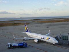 今回は神戸空港から出発。スカイマーク鹿児島行きの初便へ乗り込みます。