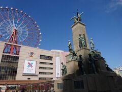 鹿児島中央駅に到着です。観覧車、薩長同盟・明治時代の偉人の像があり、賑やかな景観の駅前です。