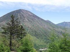 茶ノ木平に着きました 明日登る男体山と右奥に女峰山