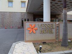 ホテルに到着しました。石垣島での滞在はベッセルホテル石垣島です。離島ターミナルや美崎町、ユーグレナモールも徒歩圏内。しかもこのホテルには2時間まで無料のレンタサイクルもあります。なのでもっと行動範囲は広がります。