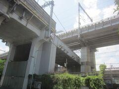 下神明駅までは意外と近かった  左の高架が大井町線下神明駅 大井町線の上を横切っているのが東海道新幹線(走行中) 大井町線の下を横切っているのが横須賀線(湘南新宿ライン) と複雑に交差してます