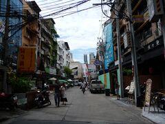 場所は変わって、タイ・バンコク。 プロンポン駅そば、フジスーパーに向かう、Soi33-1の路地に入ってすぐ、右手に「担担麺」と言うお店があります。