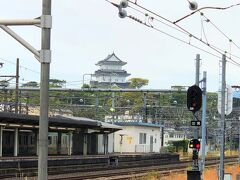神奈川県・小田原市『小田原城』の写真。  「小田原」駅のホームから左前方に『小田原城』が見えました。