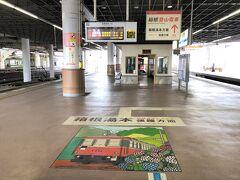 神奈川県・小田原市「小田原」駅のホームの写真。  箱根登山電車の案内があります。