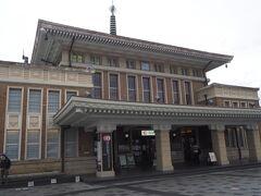 この立派な建物は2003年9月6日まで使われていた奈良駅の2代目駅舎だそうです。  1934年に建てられたもので、周囲の景観に配慮した和洋折衷様式です。 素敵ですね。