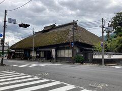 戸倉駅前の交差点のところで、大きな道沿いにふいに現れる立派な古民家! 地図で見るとどうやら酒蔵とお蕎麦屋さん、ちょっといい雰囲気です。 とはいえ温泉にはいるし、これからなので、帰りに立ち寄ることを決めました。