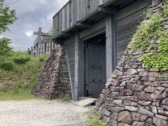 城跡の砦が結構本格的で、見ごたえがあります。写真手前のところから石積みがあり、裏側にもしっかり通路が作られています。