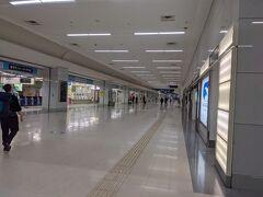 フライトは土曜日の早朝ですが、金曜日の仕事後に羽田空港第1ターミナルへ。 早朝に自宅を出れば間に合いますが、少しでも睡眠時間を確保する為に羽田空港で前泊しました。
