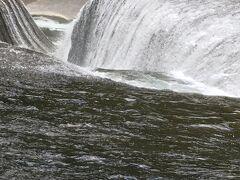 川沿いの遊歩道を歩いて行くと、吹割の滝が現れました。普通の滝とは違い滝の上流から見る滝です。もう少し近づきたいけれど、ロープが張ってあります。