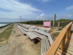 【世界一長いベンチ】  450m続く長いベンチです。 超強風。ジャンプしたら追い風で飛べるかと思った