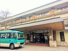 左の緑のバスが送迎車です。約1時間で奥日光高原ホテルに到着。