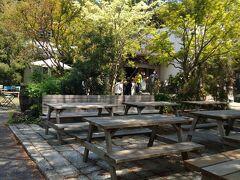中央はベンチがたくさんで、ゆったり過ごせますは言った突き当りのイタリアンが一番有名みたいです。 https://www.kumazawa.jp/mokichi/trattoria/