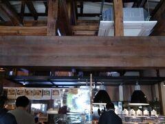 ここがイートインのショップビールもオーダーできます。ここの半地下?みたいなところでお酒・ビールの販売しています。 半階あがったところがパン屋さん。 https://www.kumazawa.jp/mokichi/mokichi-wurst-cafe/