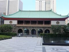 大倉集古館.  大倉喜八郎が大正6年(1917)に設立した日本で最初の財団法人の私立美術館.大倉喜八郎が生涯をかけて蒐集した日本・東洋各地域の古美術品と,跡を継いだ喜七郎が蒐集した日本の近代絵画などを中心として,国宝3件,重要文化財13件及び重要美術品44件を含む美術品約2500件を収蔵. 休館中だった.  大倉集古館HP: https://www.shukokan.org/