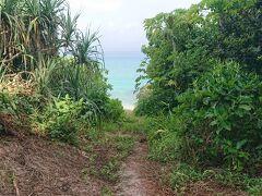 少し登り坂を登って、道の横が広くなっているところに自転車を停めます。  海の色がキレイ・・・