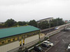 佐久平駅です。在来線が高架ホームで新幹線のホームが下で、在来線が新幹線の上になってるのは珍しい気がします。ちょうど北陸新幹線が駅を通りました。