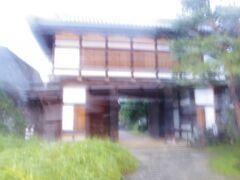 小諸城大手門です。先ほどは新幹線が在来線の下にあり驚きましたが、この小諸城は、城が城下町より低い位置にあったそうで、日本で唯一らしいです。