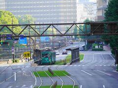 歩道橋の下は市電が走るので、道幅が広いな。