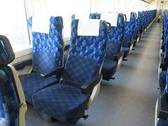 休日の10両編成ということもあり、車内はほとんど空席でした。