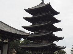 五重塔(国宝)  木造の塔としては京都の東寺に次いで2番目に高い塔。 立派ですね。  薬師三尊像、釈迦三尊像、阿弥陀三尊像、弥勒三尊像(いずれも室町時代作)が安置されているそうですが、一般公開はしていないそうです。   興福寺は2回目の参拝。 ご朱印を始めたのがこの興福寺でした。  その時の旅行記はこちらです。 その日も雨だったのよね..。  https://4travel.jp/travelogue/11312102