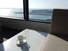 <フォーポイントバイシェラトン>  いいお天気! しばらくソファに座って 南側のこの窓から伊勢湾と知多半島を眺めていました。