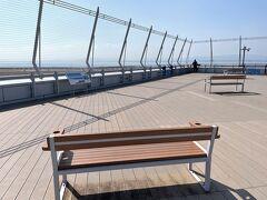 <ターミナル1スカイデッキ>  左側に沿って戻る途中、このベンチに座って先端を見てみました。 ずっと座っていたいな。  先端では離着陸の飛行機が間近に見られました。 その様子は4日後の旅行記にて(^^)