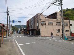 ★12:20 藤岡から約1時間半余り。万場のバス停で10分程度の休憩タイム。