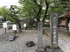 夕食へ向かう途中、蒲生氏郷のお墓へ立ち寄りました。 近江から伊勢松ヶ島(松阪)、会津黒川(若松)と移封され、最後は京都で亡くなったようです。 会津にも墓があるとは知りませんでした。