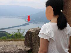 ・・昨年8月成相寺を訪れた際、成相山の展望台から天橋立を眺めた1枚です。 かなり高台から、天橋立が一望できました。 先の浜辺は、赤い矢印の辺りだと思います・・