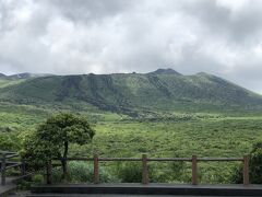 反対側は、もちろん三原山です。 山頂までかなり距離がありそうに見えますが、片道45分とのこと。