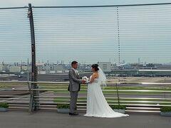 まだ時間があったのでデッキに上がってきました。 ちょうどウェディングフォト撮影中。 スタッフの方に確認をもらって撮影しました。 下に結婚式場がありますからね。 お幸せに~♪