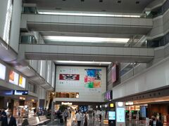 あっという間に空港に到着。 次回ここに来たときはオリンピックの広告はないんでしょうなあ。 ちなみに五輪グッズ売り場も休業中でした。