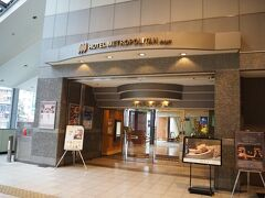 <ホテルメトロポリタン山形> 山形駅の改札から10-20歩位で到着。 入るとアロマのいい香り~♪  フロントは1Fなので中のエスカレータで降りてチェックインを済ませます。