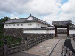 山形城跡 (霞城公園) <二の丸東大手門>から入ります。