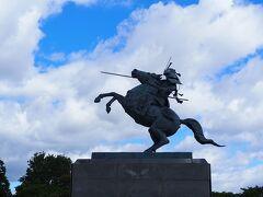 <最上義光騎馬像> 最上義光さん。山形のキーワードになっている。 敵がせめてきた時、陣頭となって決戦の場へ向う姿らしい。