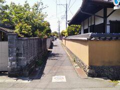 金谷口の南へ。観光地図には「金谷武家屋敷跡」と記されている。建物は残っていないが写真のような細い路地が見られる。