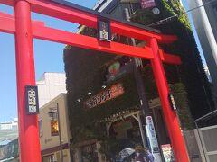 鎌倉駅から小町通りに向かう。 赤い鳥居がお出迎え。