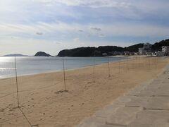 港から丘を越えると海岸が見えます。砂浜では神事の飾りが見えます(写真)。