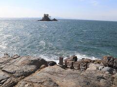 篠島は良い石も採れ、名古屋城の石垣にも用いられました。当時の技術では運びきれなかった巨石が残っていて「加藤清正の枕石」と呼ばれています。写真は、枕石の上から、対岸の伊勢方面を眺めています。