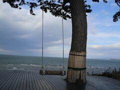 観光名所の一つ、サンライズビーチの高台にある「ハイジのブランコ」です。