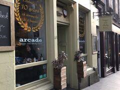 Arcade Bar Haggis & Whiskey Houseへ。かわいくて入りやすそうなお店。スコットランド名物のハギスに挑戦してみよう。