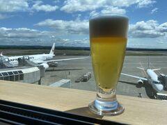 空港にて、ラウンジで一杯