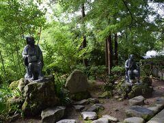 この鳥居の近くには芭蕉像。  左が芭蕉、右が一緒に旅した曽良って人らしい。 微妙な距離感…って思った人も多いのではw? まぁ、像だから仕方ないですが。